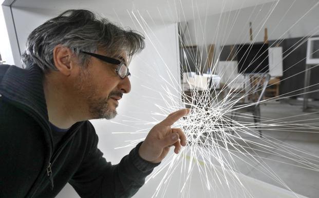 Pablo Armesto tocando una de sus obras realizada con fibra óptica iluminada