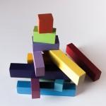 Piezas en color del puzle LA ESCALERA formando una torre